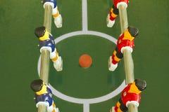 Tabele o campo do futebol ou de futebol, os jogadores e a esfera Foto de Stock Royalty Free