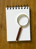 Tabellöverkant med förstoringsglaset Fotografering för Bildbyråer