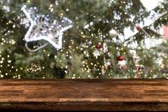 Tabellöverkant med suddig abstrakt bakgrund av julmarknaden royaltyfri foto