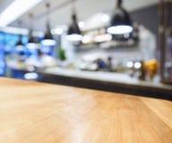 Tabellöverkant med suddig kökbakgrund Arkivbilder