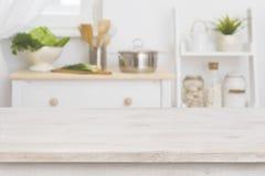 Tabellöverkant och defocused kökinre som bakgrund fotografering för bildbyråer