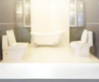Tabellöverkant och suddighetsbadrum av bakgrund royaltyfri foto