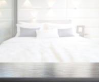 Tabellöverkant och suddighetsbakgrund i sovrum royaltyfria bilder