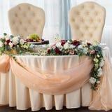 Tabell av bruden och brudgummen i restaurangen Bröllopdekor, blommor royaltyfria bilder