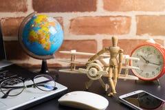 Tabell av mannen för kontorsmaterialaffär med bärbara datorn, trådlös mus, Royaltyfri Bild