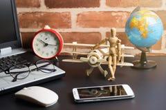 Tabell av mannen för kontorsmaterialaffär med bärbara datorn, trådlös mus, Arkivbilder