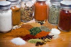 tabell för blandade kryddor för örtar träsurface Fotografering för Bildbyråer