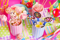Tabell för födelsedagparti med sötsaker för ungar Fotografering för Bildbyråer