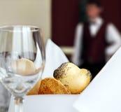 tabell för hotellrestauranginställning Arkivfoton
