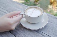 tabell för kaffekopp arkivfoton