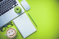 Tabell för kontorsskrivbord med bärbara datorn och tillförsel Royaltyfri Fotografi