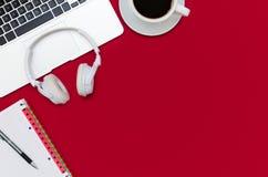 Tabell för kontorsskrivbord med bärbara datorn, smartphonen och koppen kaffe arkivbilder