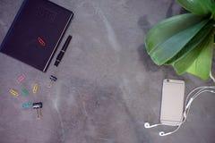 Tabell för kontorsskrivbord med datoren Royaltyfri Bild