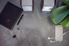 Tabell för kontorsskrivbord med datoren Royaltyfri Foto