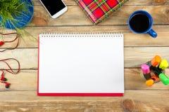 Tabell för kontorsskrivbord med datoren, penna och en kopp kaffe, lott av saker Bästa sikt med kopieringsutrymme royaltyfri bild