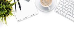 Tabell för kontorsskrivbord med datoren, tillförsel, kaffekoppen och blomman