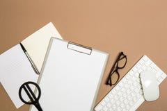 Tabell för kontorsskrivbord med exponeringsglas och sax för skrivplattatangentbordanteckningsbok Åtlöje upp mall Top beskådar - B royaltyfria bilder