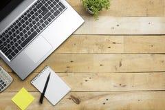 Tabell för kontorsskrivbord med tillförsel Top beskådar Kopiera utrymme för text arkivfoton