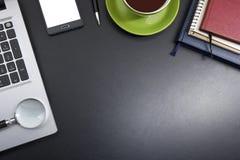 Tabell för kontorsskrivbord med tillförsel Top beskådar Kopiera utrymme för text arkivfoto
