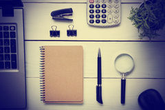 Tabell för kontorsskrivbord med tillförsel Top beskådar Kopiera utrymme för text Bärbar dator tom notepad, penna, förstoringsglas Fotografering för Bildbyråer
