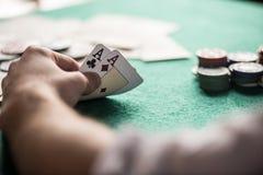 tabell för shotglass för poker för chipderringerlek royaltyfri bild