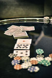 tabell för shotglass för poker för chipderringerlek Arkivbilder