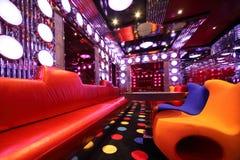 tabell för sofa för tom korridor för fåtölj mångfärgad royaltyfri bild