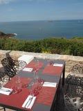 tabell för strandrestauranginställning Arkivfoton