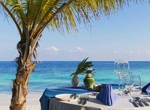 tabell för strandrestauranginställning Arkivfoto
