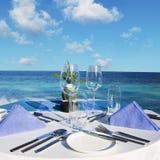 tabell för strandrestauranginställning Royaltyfri Bild