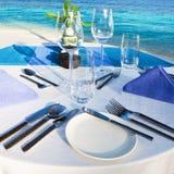 tabell för strandrestauranginställning royaltyfri foto