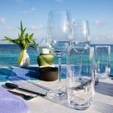 tabell för strandrestauranginställning arkivbilder