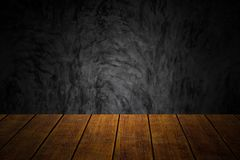 Tabell för trä för Closeupöverkant gammal med mörk bakgrund för betongväggvindstil royaltyfria bilder