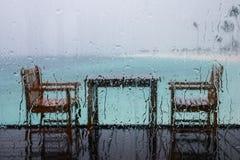 Tabell för två, i en regnig dag i Maldiverna Arkivbilder