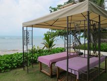 Tabell för två massage under en markis i natur royaltyfri foto