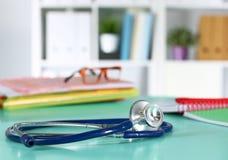 Tabell för workspace för doktors` s funktionsduglig med den tålmodiga formen för tomt papper för urladdning för ` s, medicinskt r arkivbilder