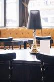 Tabell i garnering för kaférestauranginre arkivfoton