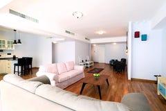 Tabell i livingroom Royaltyfri Foto