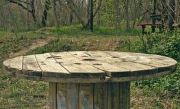Tabell i skogen Arkivfoto