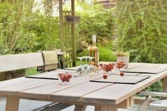 Tabell i trädgård till en drink royaltyfri bild