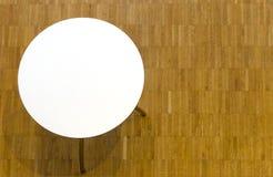 Tabell med den runda vita tabletopen Royaltyfri Bild