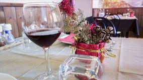 Tabell med den vita skateryuen i restaurang blåa dof-exponeringsglas blir grund wine Royaltyfri Fotografi