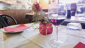 Tabell med den vita skateryuen i restaurang blåa dof-exponeringsglas blir grund wine Arkivbild