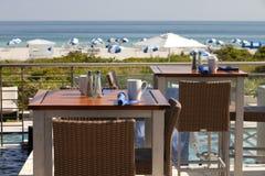 Tabell med en stor strandsikt Fotografering för Bildbyråer