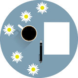 Tabell med en tom pappers- penna för kopp kaffe och kamomillblommor royaltyfri illustrationer