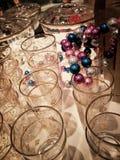 Tabell med exponeringsglas och garneringar Arkivfoto