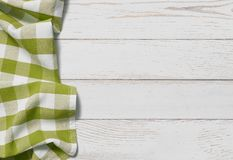 Tabell med gr?n bakgrund f?r b?sta sikt f?r picknicktorkduk arkivbilder