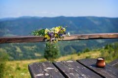 Tabell med koppen kaffe i bergen Fotografering för Bildbyråer
