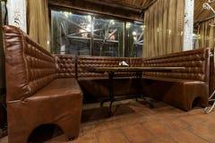 Tabell med lädersoffan i restaurangen arkivbilder