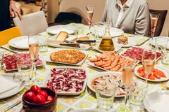 Tabell med mat på grön bordduk royaltyfri fotografi